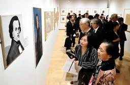 初日からにぎわった「ショパン-200年の肖像」展=12日午前、兵庫県立美術館ギャラリー棟(撮影・斎藤雅志)