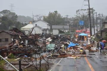 竜巻とみられる強風で被害を受けた住宅=12日午前9時55分ごろ、市原市の市津地区
