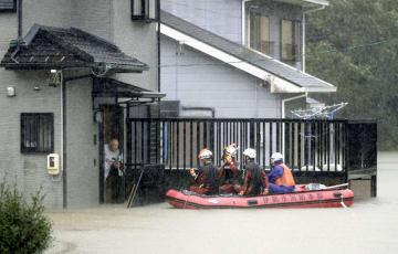 台風19号の影響で冠水した三重県伊勢市の住宅地をボートで見回る消防隊員=12日午後0時47分