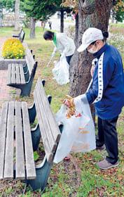 公園のベンチ周辺に落ちたたばこの吸い殻などを拾い集めるメンバーら