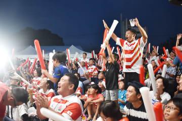 日本の勝利に歓声が上がるファンゾーン=9月28日午後6時ごろ、熊谷市