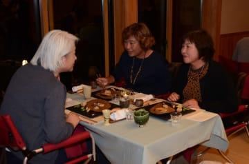 会話を楽しみながら会席料理を味わう下北ジオ・ダイニングの参加者