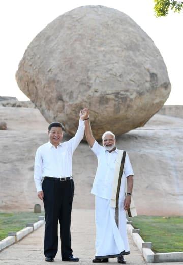 11日、インド南部タミルナド州の世界遺産を訪れたモディ首相(右)と中国の習近平国家主席(インド首相府提供、AP=共同)