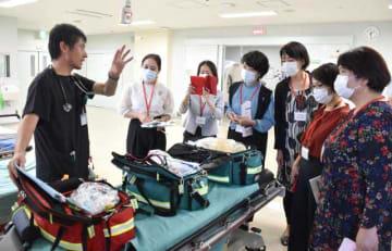 長嶺育弘救命救急センター長(左端)から、施設の役割など説明を受ける女性議員たち