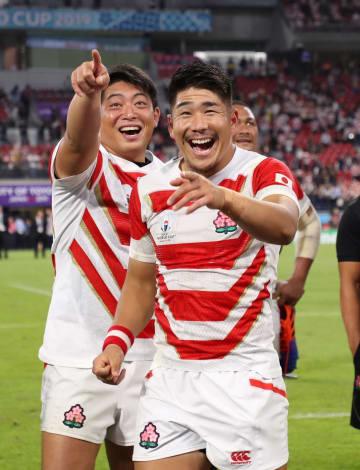 サモア戦に勝利し笑顔の松田(右)と坂手=5日、豊田スタジアム