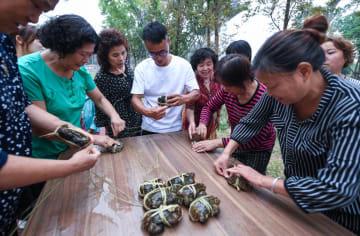 「カニ縛り大会」で実りの秋を迎える 浙江省湖州市
