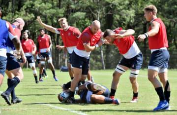公開練習で迫力のプレーを見せたラグビーイングランド代表の選手ら=12日午前、宮崎市のシーガイアスクエア1