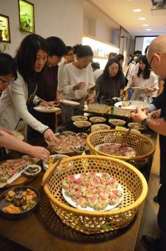 3県の食材を使った料理を楽しむ参加者=東京・南青山