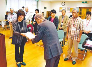 委嘱状を受け取る買い物支援のボランティア(手前左)