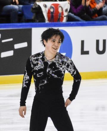 男子フリーの演技を終えて笑顔を見せる宇野昌磨。逆転優勝した=エスポー(共同)