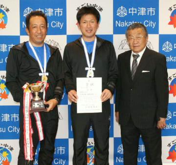 優勝報告に訪れた(左から)片峯俊和さん、篠原和彦さん、奥村章二会長=中津市役所