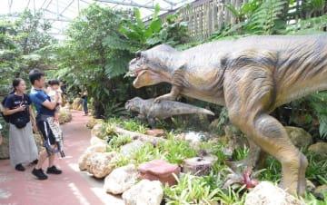 ナゴパイナップルパークの新アトラクション「ダイナソーアドベンチャーツアー」=11日、名護市為又
