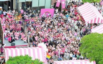 (資料写真)LGBTが生きやすい社会の実現を願いピンク色のものを身に着けて集まったイベント参加者と出演者=2017年9月23日、那覇市牧志・てんぶす那覇ビル前広場