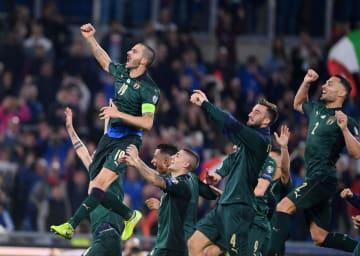 ギリシャを下し、喜ぶイタリアの選手たち=12日、ローマ(ロイター=共同)