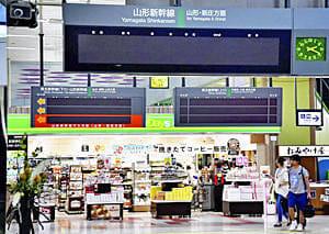 台風の影響で計画運休した東北新幹線。電光掲示板は表示が消えコンコースは閑散としていた=12日午後2時20分ごろ、JR福島駅