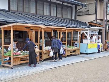下呂市産の新鮮な野菜や特産品が並ぶ「飛騨街道天領朝市」