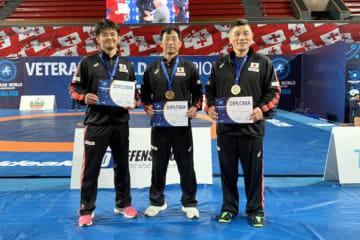 チームにとって幸先いいスタートを切った(左から)伊東克佳さん、五位塚悟さん、湯川栄光さん