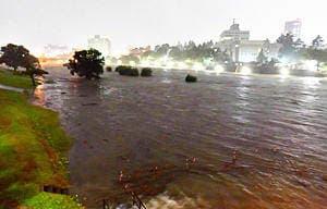 水位が上昇した福島市の阿武隈川=12日午後8時40分ごろ