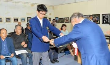 鈴木会長から表彰を受ける佐藤さん(左)