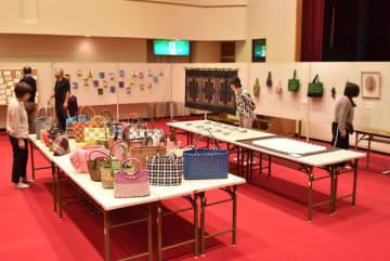 【県退職教職員互助会津南地区の会員作品が並ぶ会場=津市一志町の一志農村環境改善センターで】