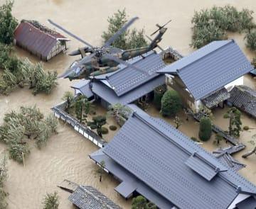 千曲川が決壊した長野市穂保で孤立した住宅から住民を救出する自衛隊ヘリ=13日午前8時28分(共同通信社ヘリから)