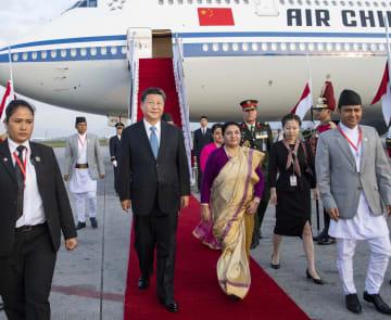 習近平主席、カトマンズ到着 ネパール公式訪問開始