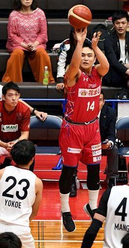 【熊本-奈良】第2クオーター、3点シュートを決める熊本の本村(14)=県立総合体育館(上杉勇太)