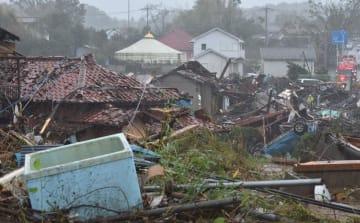 竜巻とみられる突風に襲われた現場。壊れた住宅のほか、ひっくり返った車も=12日午前9時55分ごろ、千葉県市原市永吉付近