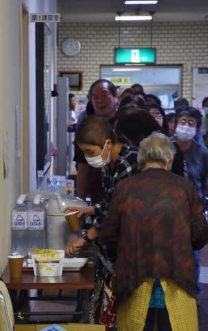 一部の避難所では、住民が食料を求めて長蛇の列ができた=12日午後0時20分ごろ、千葉県館山市コミュニティセンター