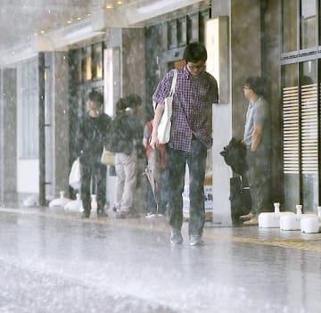 鳥取県内は朝から風雨が強まり、鳥取市には強風警報、大雨警報が発表された=12日午後0時15分、JR鳥取駅前