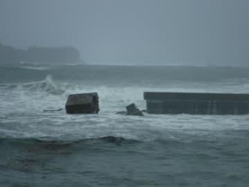 台風19号の高波の影響で倒壊した串浜漁港の堤防=12日午前10時15分ごろ、千葉県勝浦市