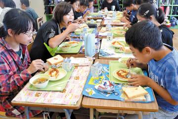 スコットランドの家庭料理を味わう6年生ら=和光市新倉1丁目の和光市立北原小学校