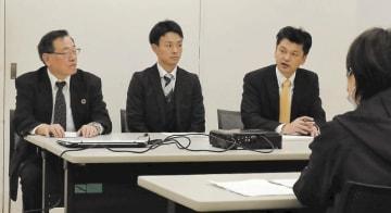 不登校支援の在り方について意見交換する土佐代表(左)ら
