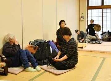 雨が弱いうちに早期避難した住民ら=12日午後2時25分、岩泉町岩泉・町民会館