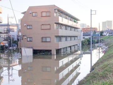 台風で1階部分が水没したマンション=13日午前6時ごろ、川崎市高津区溝口6丁目