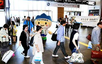 観光客を出迎えるきときと君ら=富山駅
