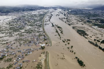 台風19号による大雨で増水し氾濫した千曲川。中央左は決壊した堤防=13日午前8時15分、長野市穂保(共同通信社ヘリから)