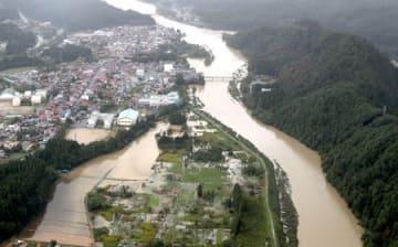 台風19号で増水した阿賀野川(奥)と常浪川(手前)の合流地点付近=13日午前11時30分前、阿賀町(本社ヘリから)