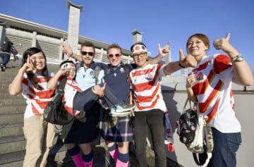 日本―スコットランド戦を前に盛り上がるファン=13日午後、横浜市
