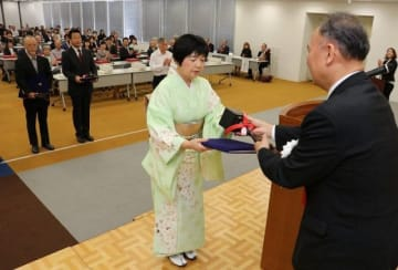 表彰される第70回県美術展覧会の入賞者