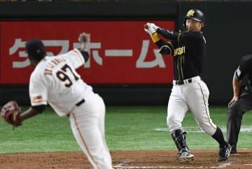9回阪神2死、鳥谷が二ゴロに倒れる。投手デラロサ=東京ドーム