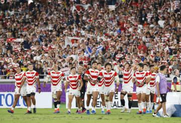 ラグビーW杯1次リーグでスコットランドに勝利して初の8強進出を決め、喜ぶ日本フィフティーン=13日夜、横浜市の日産スタジアム