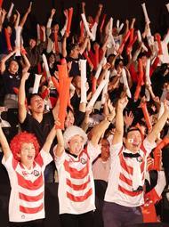 ラグビー日本代表がW杯8強進出を決め、歓喜するパブリックビューイングの観衆=13日夜、神戸市中央区東川崎町1(撮影・吉田敦史)
