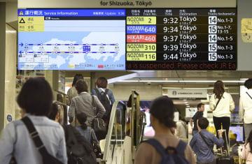 東海道新幹線の運転再開を表示するJR名古屋駅の電光掲示板=13日午前9時30分
