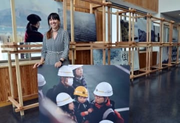 桜島の写真展を開いているアナベル・ドントさん=鹿児島市桜島横山町の桜島港フェリーターミナル