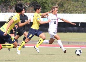 【テゲバジャーロ宮崎―松江シティ】ボールを追うテゲバの三島(右)。チームは攻撃が十分機能せず、無得点に終わった