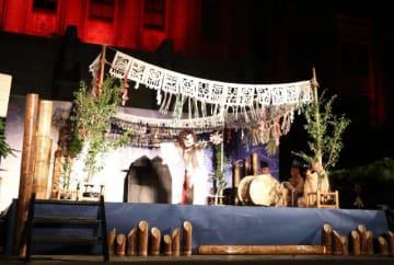 高千穂の夜神楽などが披露された「いざや、みやざき宵まつり」=13日午後、宮崎市・県庁本館前庭