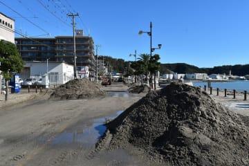 高潮で道路に堆積したとみられる砂利=13日午前、横須賀市久里浜7丁目