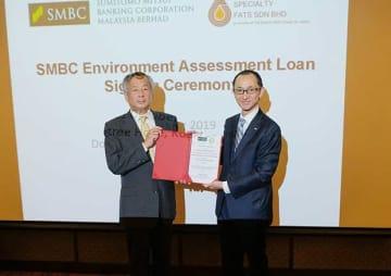 エコローン契約を締結したマレーシア三井住友銀行の甲斐中社長(右)とISFの石神CEO=11日、クアラルンプール(NNA撮影)