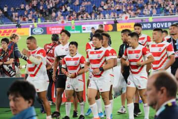 予選プールで4連勝を挙げ、史上初の決勝トーナメント進出を喜ぶ日本代表メンバー